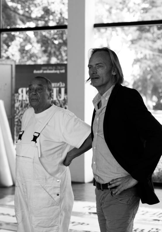 Kunsthalle Rostock, Günther Uecker und Dr. Jörg-Uwe Neumann beim Ausstellungsaufbau